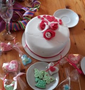 Becherkuchen mit Fondant überzogen und Rosen Verzierung